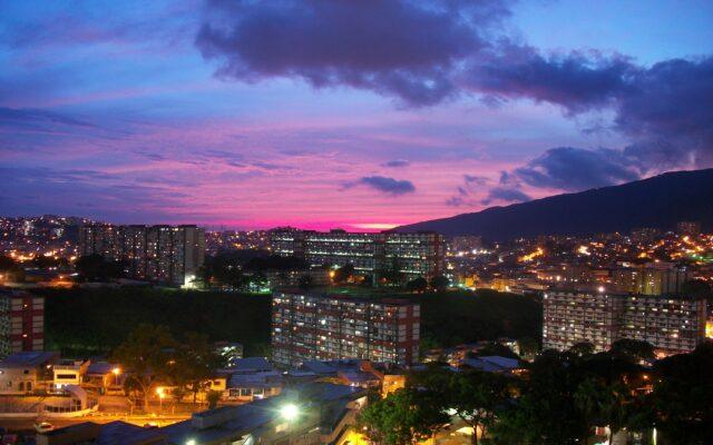 Un Atardecer Sobre La Capital Venezolana - Ser Caraqueno